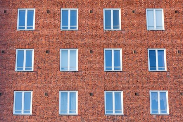 Facciata dell'edificio con edificio residenziale a cornice bianca.