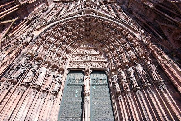 La facciata della cattedrale notre dame di strasburgo