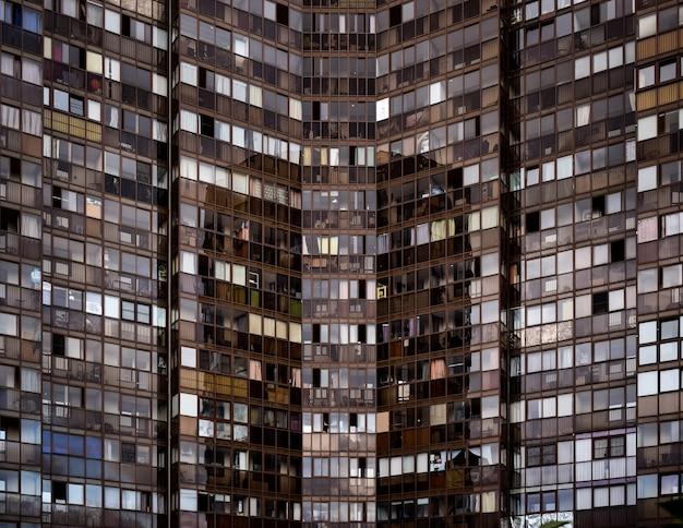 Facciata di un edificio di appartamenti a molti piani