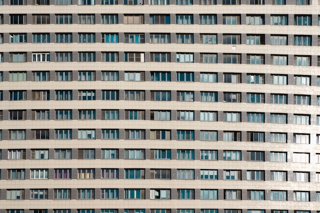La facciata di un moderno edificio residenziale a più piani. avvicinamento.
