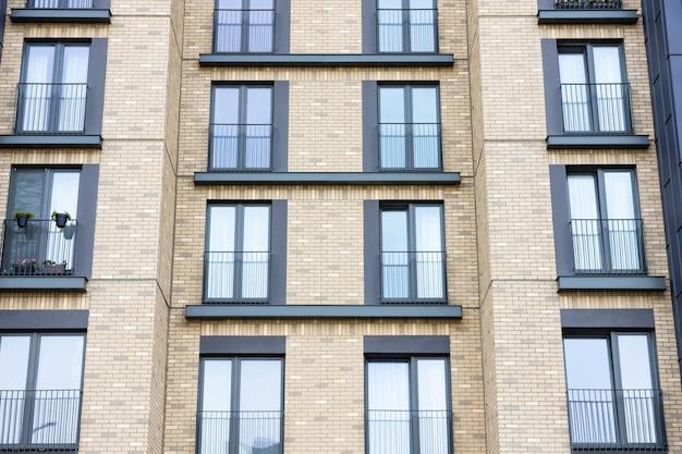 Facciata di un moderno edificio residenziale nuovo