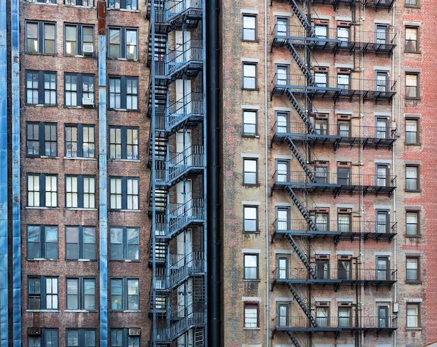 Facciata del vecchio edificio rosso.