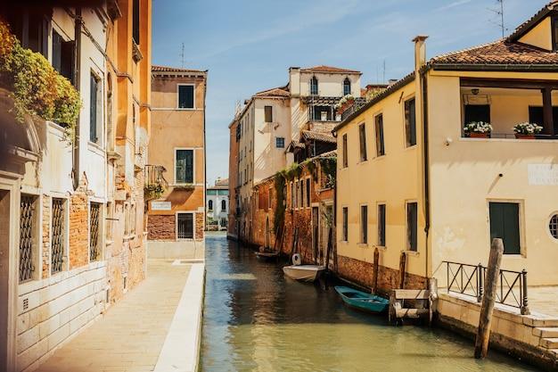 Facciata di vecchie case colorate veneziane in piedi in acqua.