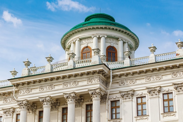 Facciata e tetto con belvedere della casa di pashkov nel centro storico di mosca su uno sfondo di cielo blu