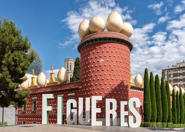 Facciata del museo salvador dalì a figueres, in catalogna, spagna.