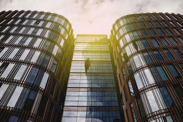 Facciata di grattacieli in stile moderno in vetro e cemento. architettura dell'edificio nel quartiere degli affari della metropoli. economia, concetto di finanza di attività imprenditoriale. spazio del copyright