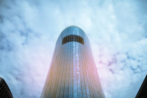 Facciata di grattacieli in stile moderno in vetro e cemento. architettura dell'edificio nel quartiere degli affari della metropoli