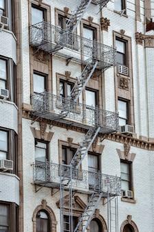 Facciate di appartamenti con scale antincendio soho manhattan nyc