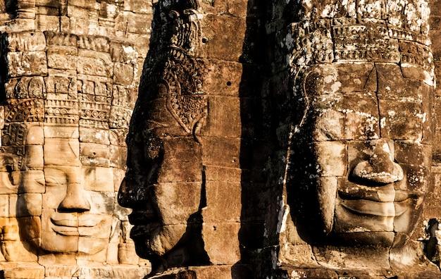 Faccia del castello di bayon a angkor thom. cambogia