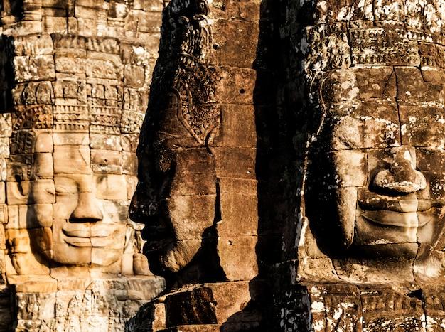 Fronte del castello di bayon in cambogia, angkor thom