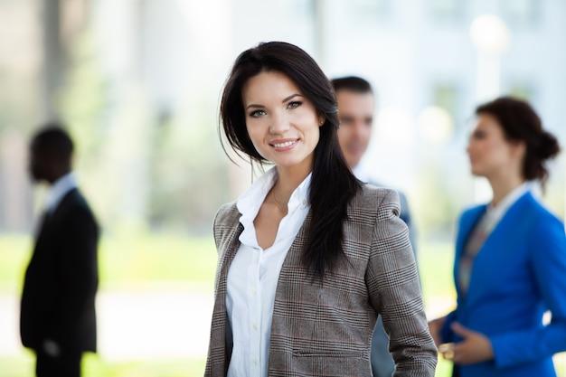 Volto di bella donna sullo sfondo della gente di affari.