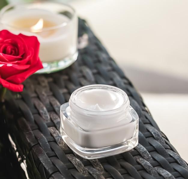 Crema per il viso idratante come prodotto di lusso per la cura della pelle e del corpo per la casa spa e cosmetici di bellezza biologici...