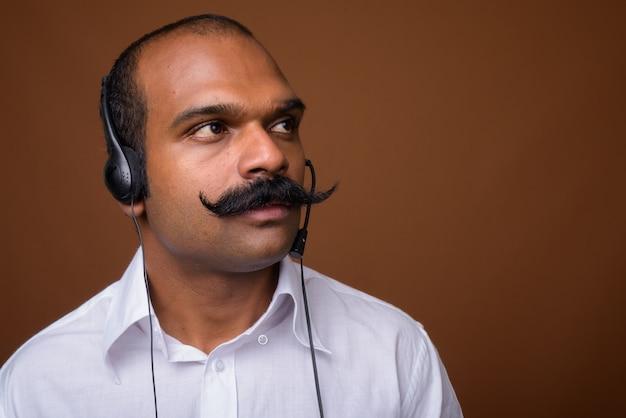 Volto di uomo d'affari indiano con i baffi come rappresentante del call center