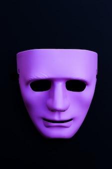 Maschera per il viso su superficie scura. vista dall'alto