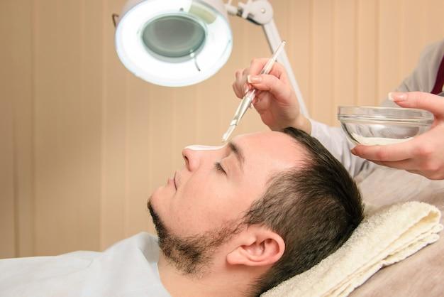 Maschera per uomo nella clinica di bellezza