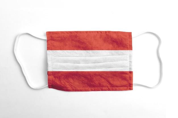 Maschera facciale con bandiera austria stampata, su fondo bianco.