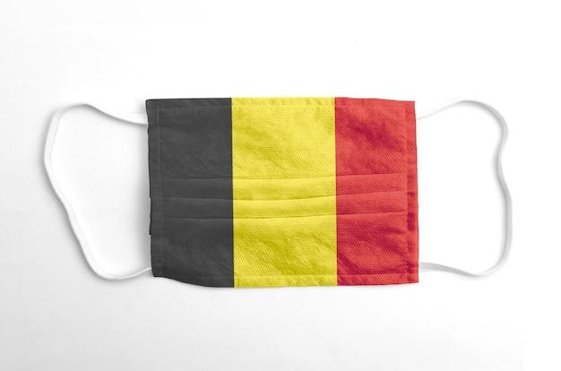 Maschera facciale con bandiera del belgio stampata, su fondo bianco.