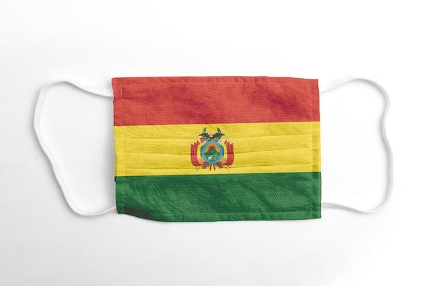 Maschera facciale con bandiera della bolivia stampata, su sfondo bianco, isolata.