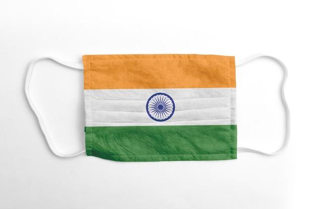 Maschera facciale con bandiera indiana stampata, su fondo bianco.