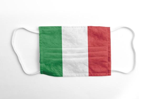 Maschera viso con bandiera italia stampata, su fondo bianco.