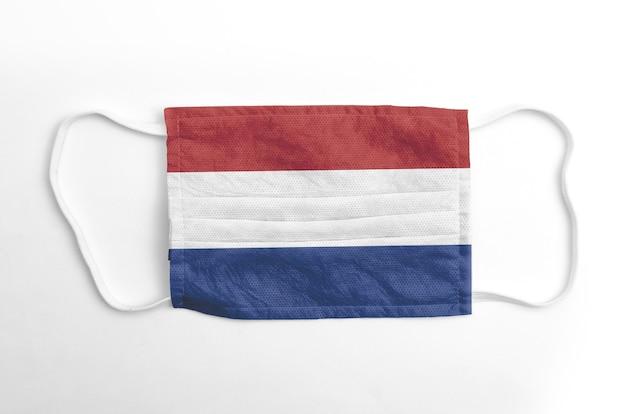 Maschera facciale con bandiera olandese stampata, su fondo bianco.