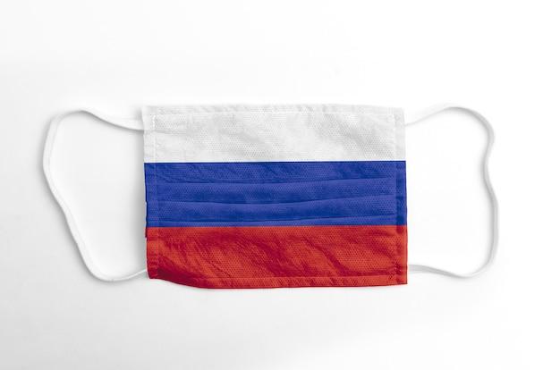 Maschera viso con bandiera russia stampata, su fondo bianco.