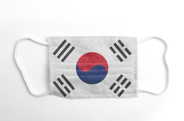 Maschera facciale con bandiera della corea del sud stampata, su fondo bianco.