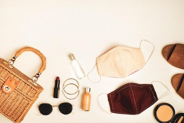 Maschera per il viso accanto all'abbigliamento e agli accessori femminili Foto Premium