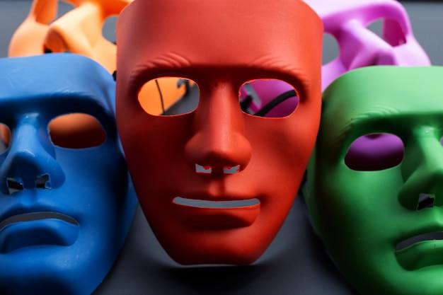 Maschere per il viso su superficie scura.