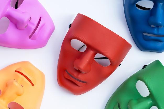 Maschere per il viso sulla superficie bianca. vista dall'alto