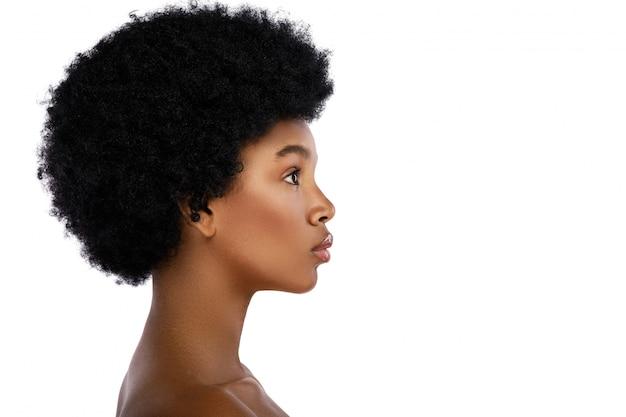 Profilo del viso di giovane e carina donna africana