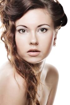 Volto di una bella giovane donna sexy con la pelle pulita su uno sfondo bianco