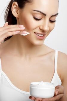 Viso skincare donna con pulizia del viso liscia e sana