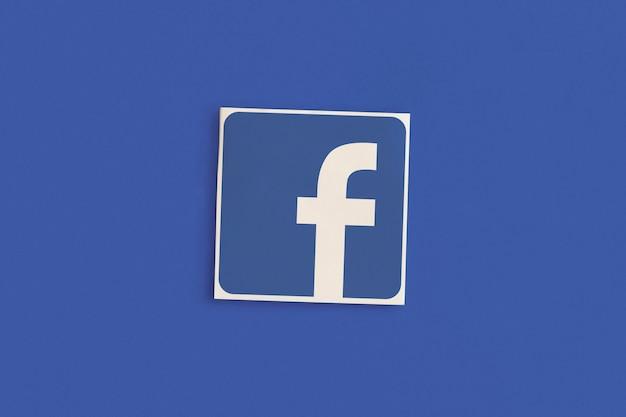Logo di facebook su sfondo rosa