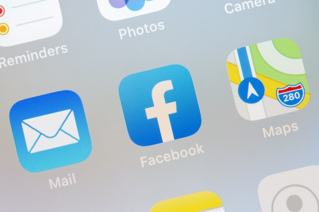Logo di facebook sul primo piano dello smartphone dello schermo