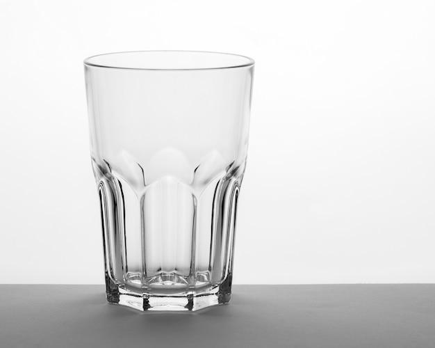 Vetro grande sfaccettato con lati rigati, bicchiere vuoto sul tavolo