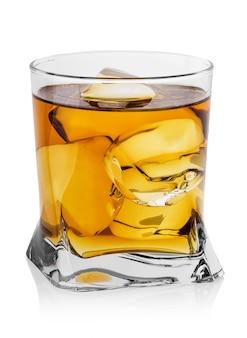 Bicchiere sfaccettato di whisky con ghiaccio