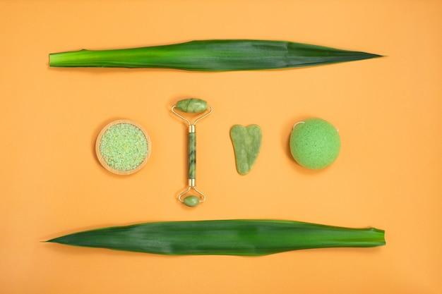 Strumenti per il massaggio del viso e del corpo con pietre naturali e spugna a zero rifiuti per la cura del viso