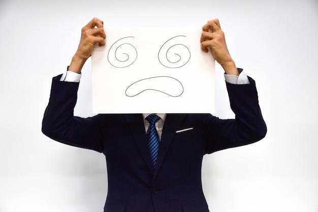 Espressione facciale di una persona fatta di carta