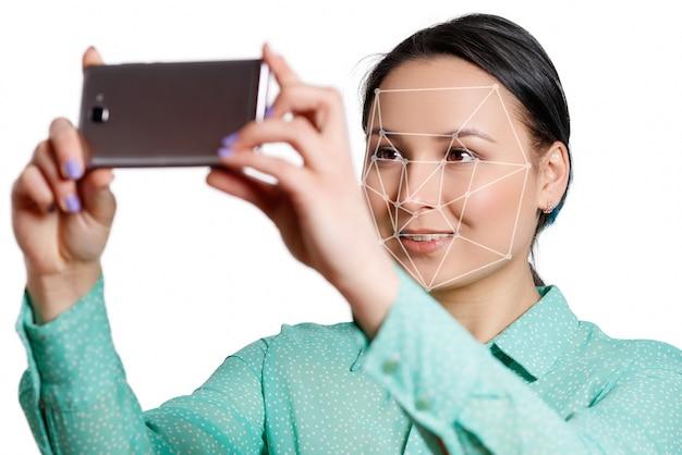 Sistema di riconoscimento facciale di smart phone isolato su bianco