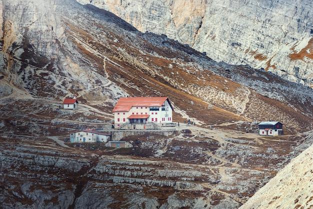 Case della struttura sul sentiero escursionistico nelle dolomiti, parco tre cime di lavaredo, italia