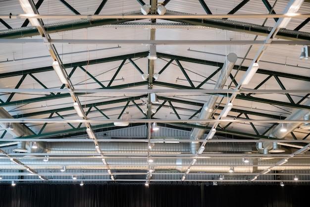 Edificio di fabbrica o edificio di magazzino. vasto spazio vuoto.