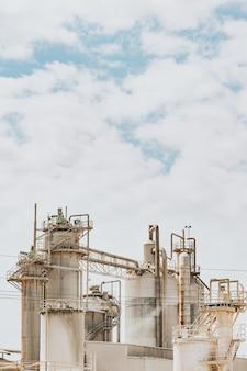 Factory close up con un cielo luminoso con copia spazio, concetto di inquinamento