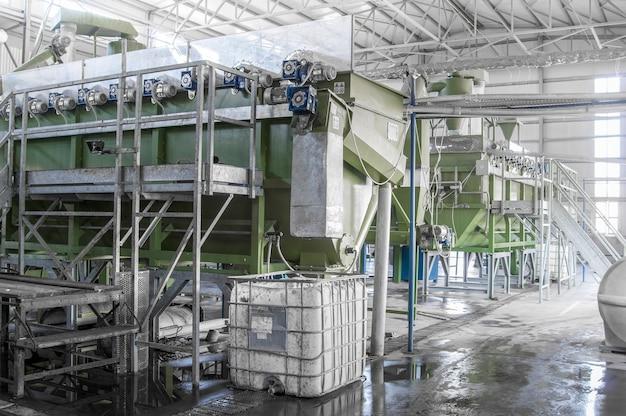 Attrezzature di fabbrica per la lavorazione e il riciclaggio di bottiglie di plastica. impianto di riciclaggio pet