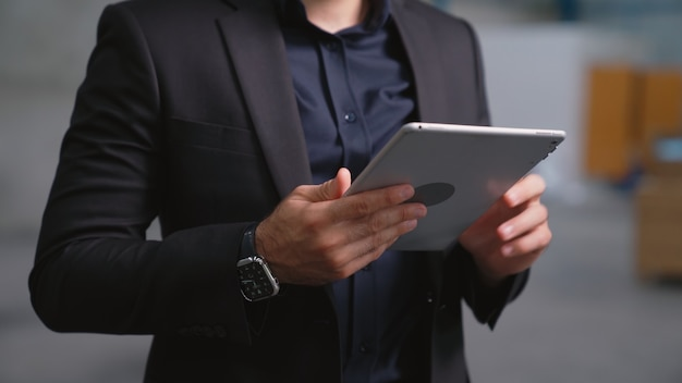 Direttore di fabbrica che utilizza computer tablet in magazzino o in fabbrica