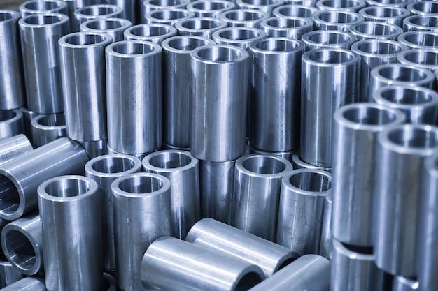 Fabbrica per la produzione di parti metalliche, tubi, ricambi da vicino