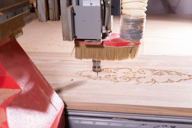 Fabbrica e concetto di produzione - strumento di taglio nella produzione di mobili.