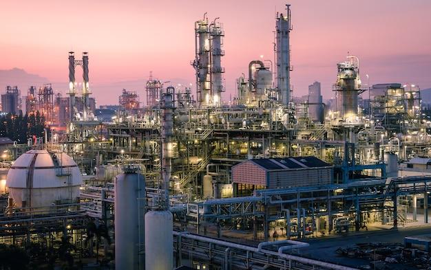 Fabbrica di petrolio industriale sul tramonto