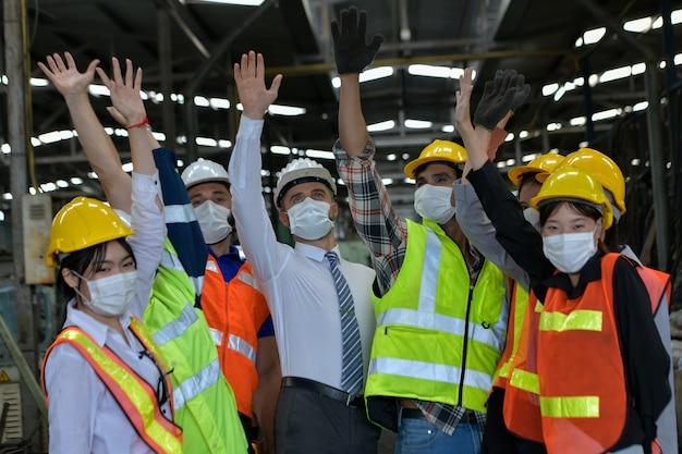 Gli operai della fabbrica sono riusciti a lavorare durante la malattia del coronavirus del 2019, o pandemia di covid-19, concetto di industria
