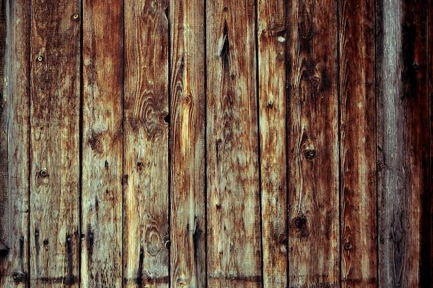 Tavole di legno sbiadite con corrosione. porte in legno pulite da diverse assi. vecchia tavola di legno naturale senza vernice. sfondo in legno, copia dello spazio.